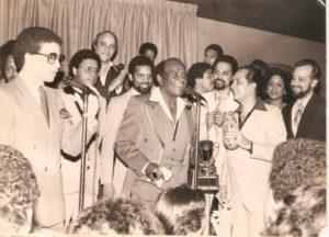 Joseíto Mateo rodeado de comunicadores en la ciudad de Nueva York a finales de los años 70.